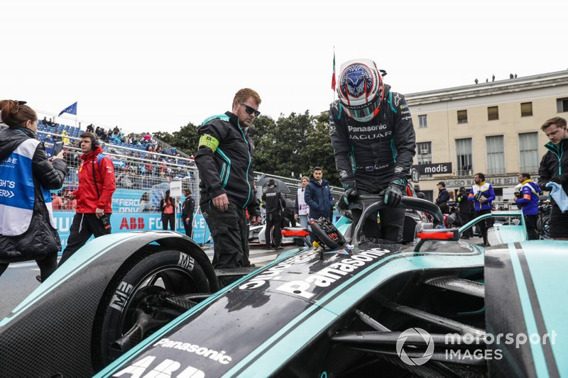 Mitch Evans, esce dalla sua Panasonic Jaguar Racing Jaguar I-Type 3 in griglia