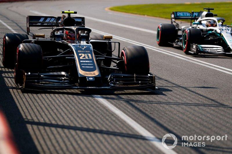 Kevin Magnussen, Haas F1 Team VF-19, e Lewis Hamilton, Mercedes AMG F1 W10