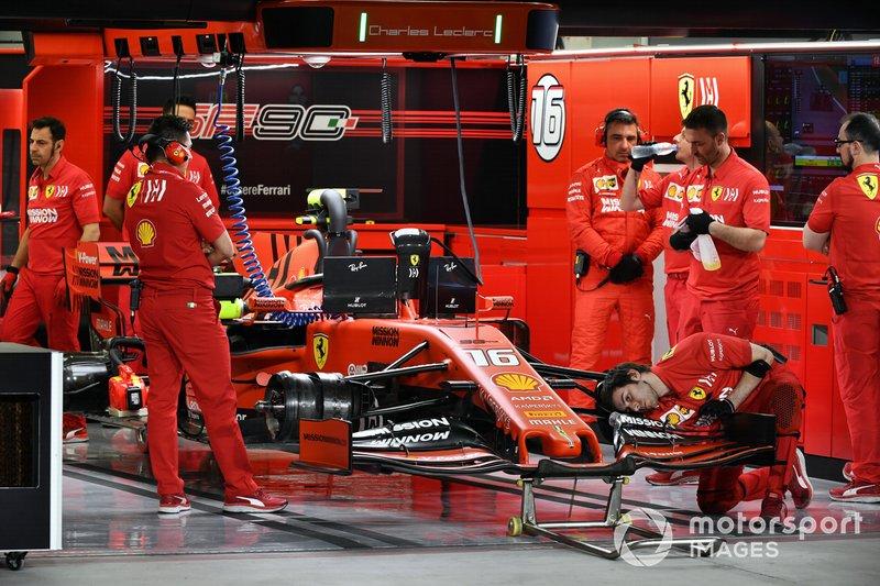 Meccanici a lavoro sulla monoposto di Charles Leclerc, Ferrari SF90, nel box