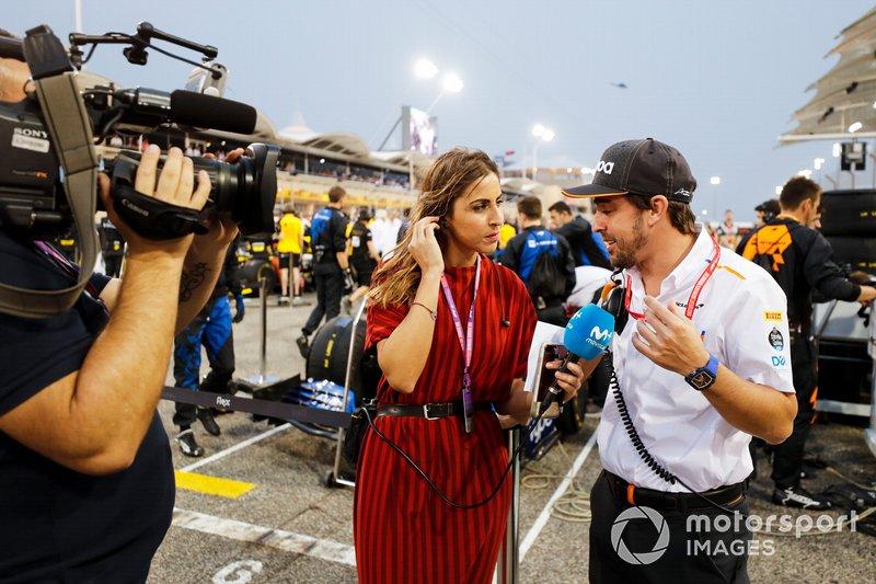 Fernando Alonso, McLaren habla con los medios de comunicación en la parrilla