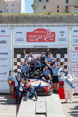 Podium: Winners Thierry Neuville, Nicolas Gilsoul, Hyundai Motorsport Hyundai i20 Coupe WRC with the team