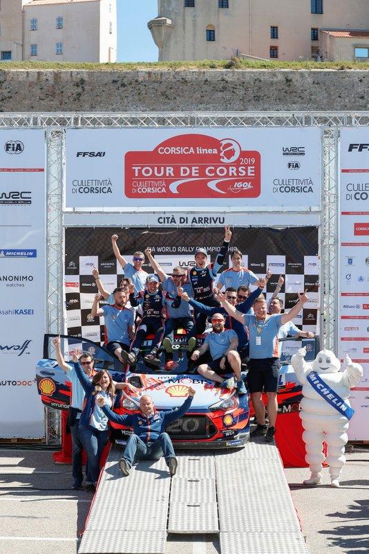 Podio: i vincitori Thierry Neuville, Nicolas Gilsoul, Hyundai Motorsport Hyundai i20 Coupe WRC con il team