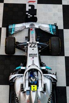 Race winner Valtteri Bottas, Mercedes AMG W10 in Parc Ferme