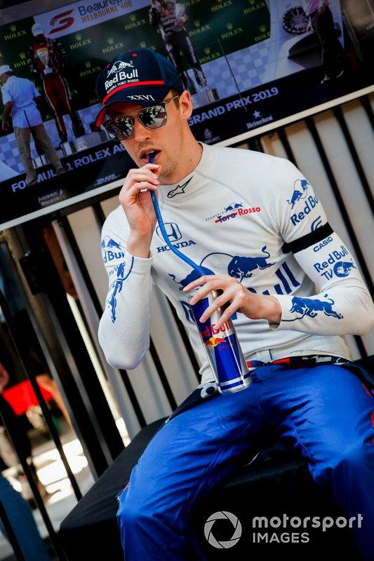 Daniil Kvyat, Toro Rosso, Charlie Whiting anısına siyah bant ile