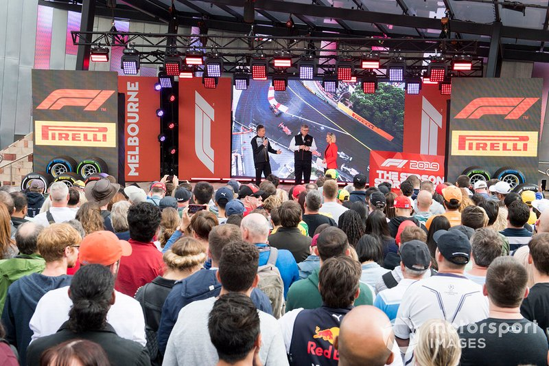 Mario Isola, Racing Manager, Pirelli Motorsport, e Ross Brawn, Managing Director del Motorsports, FOM, sul palco dell'evento a Federation Square