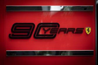 Logo de los 90 años de Ferrari