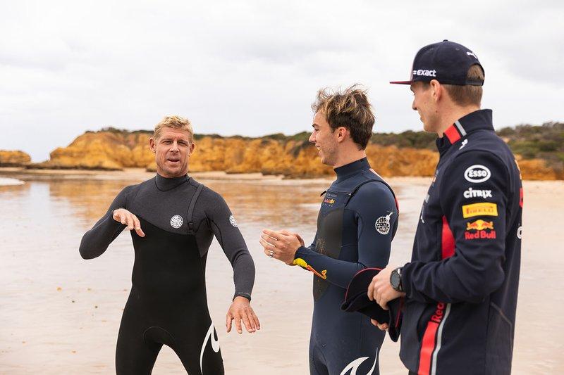 El tres veces campeón del mundo de surf Mick Fanning lleva a Max Verstappen y Pierre Gasly a surfear en Torquay