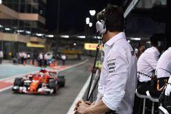 Toto Wolff, Mercedes AMG F1 Director of Motorsport kijkt naar Sebastian Vettel, Ferrari SF70H