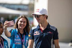 Pierre Gasly, Scuderia Toro Rosso prend un selfie avec des fans
