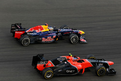 Sebastian Vettel, Red Bull Racing RB8 pasa a Charles Pic, Marussia F1 Team MR01