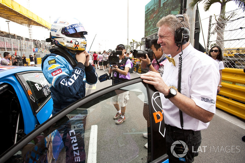 Rob Huff, Chevrolet Cruze with Eric Nève, Head of Motorsport, Chevrolet