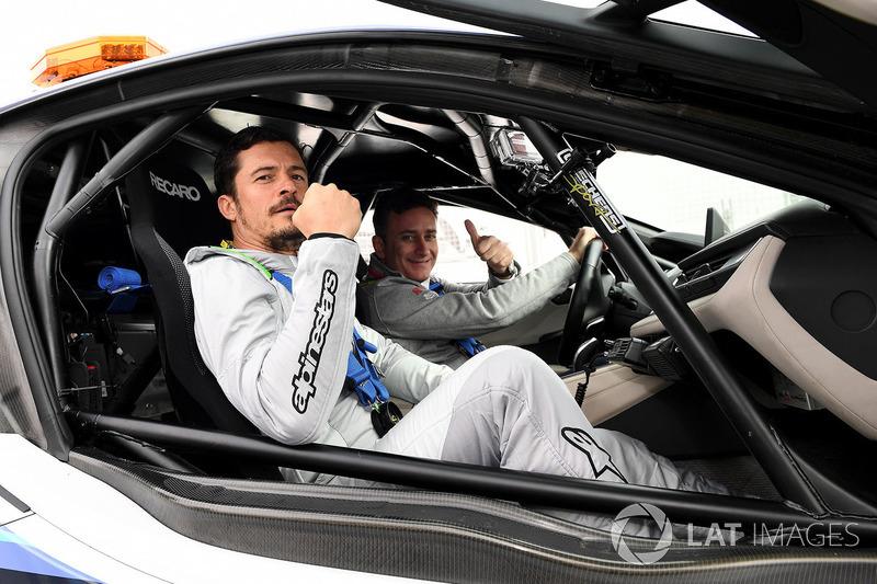 Actor Orlando Bloom con Alejandro Agag, CEO de Fórmula E en el Qualcomm BMW Safety Car