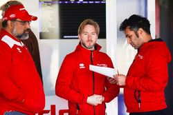 Dilbagh Gill, CEO, director del equipo Mahindra Racing, con Nick Heidfeld, Mahindra Racing