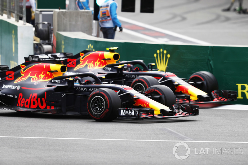 Daniel Ricciardo, Red Bull Racing RB14 Tag Heuer, battles with Max Verstappen, Red Bull Racing RB14 Tag Heuer