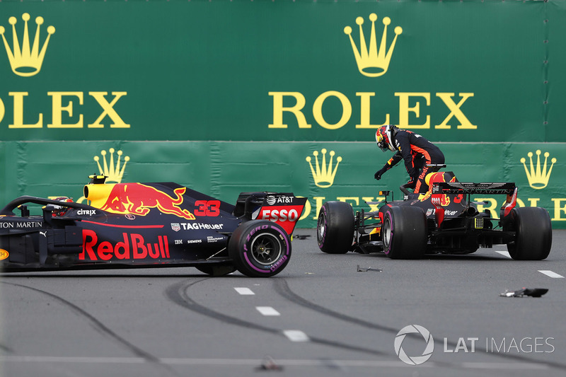 Daniel Ricciardo, Red Bull Racing RB14 Tag Heuer, Max Verstappen, Red Bull Racing RB14 Tag Heuer after crashing