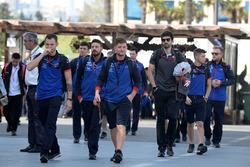 Des mécaniciens de la Scuderia Toro Rosso