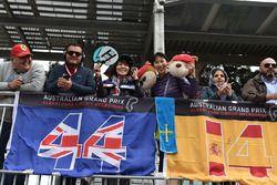 Des fans et des banderoles