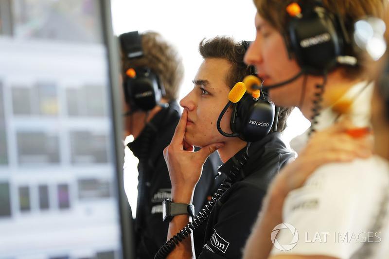 Lando Norris, McLaren, mira la sesión desde el garaje