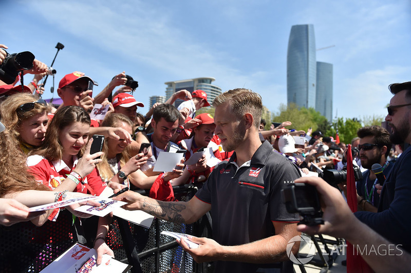 Kevin Magnussen distribuindo autógrafos aos fãs