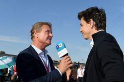 David Coulthard, présentateur TV, interviewe Toto Wolff, directeur exécutif, Mercedes AMG