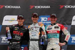 Podio: ganador de la carrera Mikel Azcona, PCR Sport Cupra TCR, segundo puesto Attila Tassi, Hell Energy Racing con KCMG Honda Civic Type R TCR, tercer puesto Jaap van Lagen, Leopard Lukoil Team Audi RS3 LMS TCR