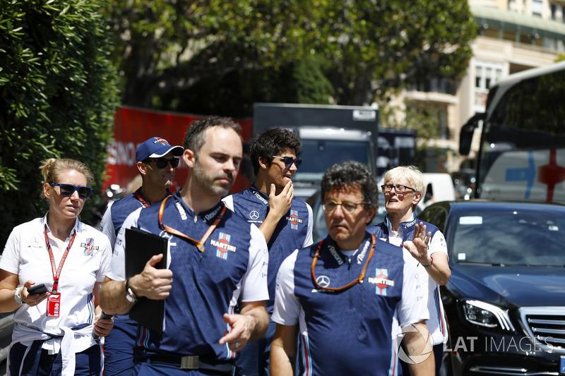 Lance Stroll, Williams Racing, cammina lungo il circuito con i colleghi, inclusa Anne Bradshaw, addetta stampa