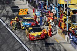 Pit stop, Joey Logano, Team Penske Ford Fusion, Kyle Busch, Joe Gibbs Racing Toyota Camry