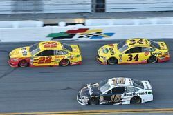 Joey Logano, Team Penske Ford Fusion, Michael McDowell, Front Row Motorsports Ford Fusion, Aric Almi