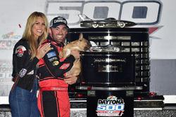 Austin Dillon, Richard Childress Racing Chevrolet Camaro, la moglie Whitney, e il cane Gucci, festeg