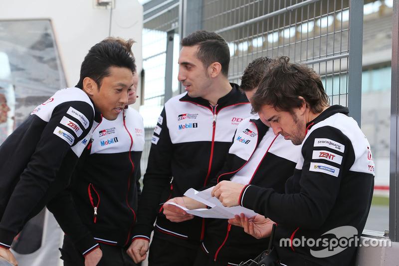 Гонщики Toyota Gazoo Racing Себастьен Буэми, Фернандо Алонсо и Казуки Накаджима