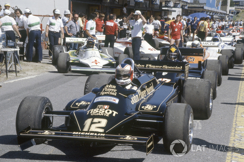 Nigel Mansell, Lotus 87-Ford Cosworth en pitlane
