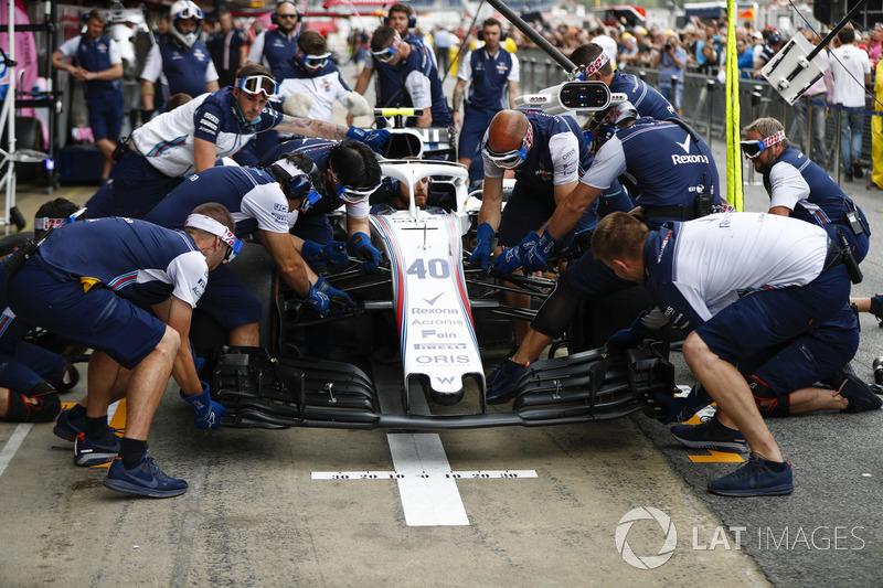 Il team Williams effettua una prova di pit stop