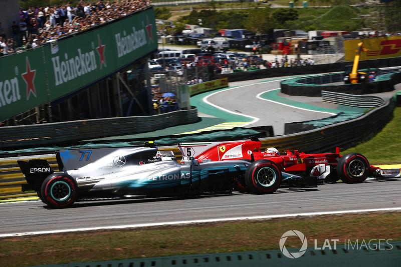 Sebastian Vettel, Ferrari SF70H ve Valtteri Bottas, Mercedes AMG F1 W08, startta
