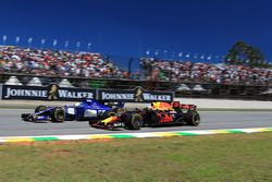Marcus Ericsson, Sauber C36 en Daniel Ricciardo, Red Bull Racing RB13 in gevecht
