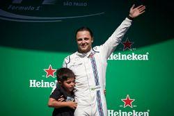 Felipe Massa, Williams, saluda a sus fans locales desde el podio tras su última carrera en casa con