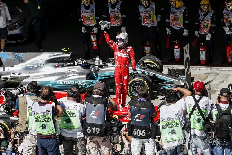 Ganador de la carrera Sebastian Vettel, Ferrari SF70H celebra en parc ferme