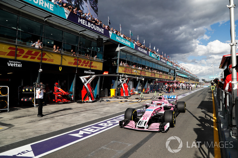 Esteban Ocon, Force India VJM11 Mercedes, in pit lane dopo il pit stop