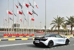 Une McLaren et des drapeaux