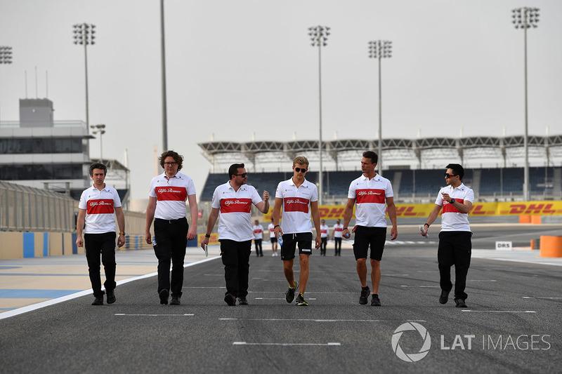 Marcus Ericsson, Sauber walks the track