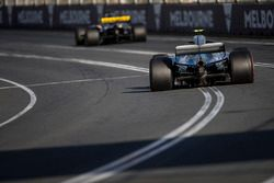 Nico Hulkenberg, Renault Sport F1 Team R.S. 18, delante de Valtteri Bottas, Mercedes AMG F1 W09