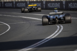Nico Hulkenberg, Renault Sport F1 Team R.S. 18, devant Valtteri Bottas, Mercedes AMG F1 W09