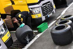 Renault Sport F1 Team monteur wast Pirelli-banden