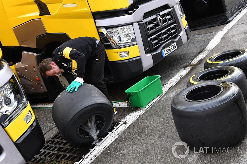 Renault Sport F1 Team mechanic lavado de neumáticos Pirelli