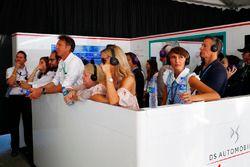 Familiari e amici guardano la gara dal garage DS Virgin