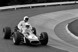 Denny Hulme lleva sobre su coche a Jack Brabham