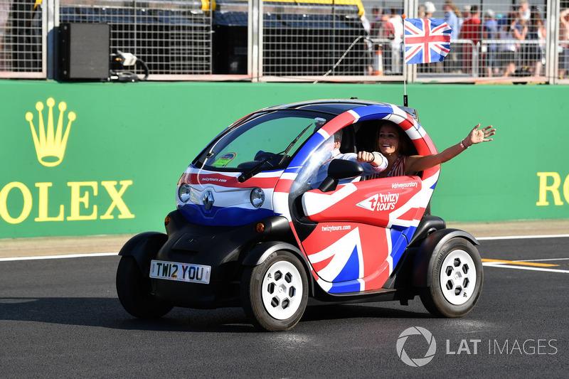Natalie Pinkham, Sky TV e Johnny Herbert, Sky TV in una Renault Twizzy