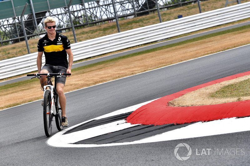 Nico Hulkenberg, Renault Sport F1 Team cycles around the track