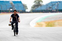 Un membre de Force India parcourt la piste à vélo