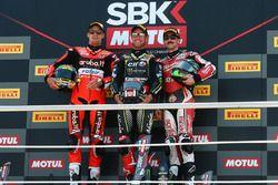 Il vincitore della gara Jonathan Rea, Kawasaki Racing, il secondo classificato Chaz Davies, Aruba.it Racing-Ducati SBK Team, il terzo classificato Eugene Laverty, Milwaukee Aprilia