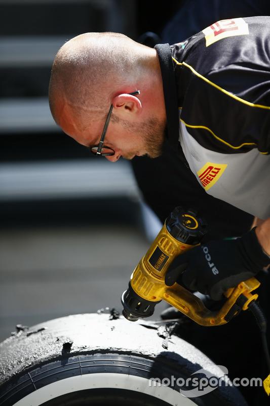 Inżynier Pirelli pracuje przy oponach